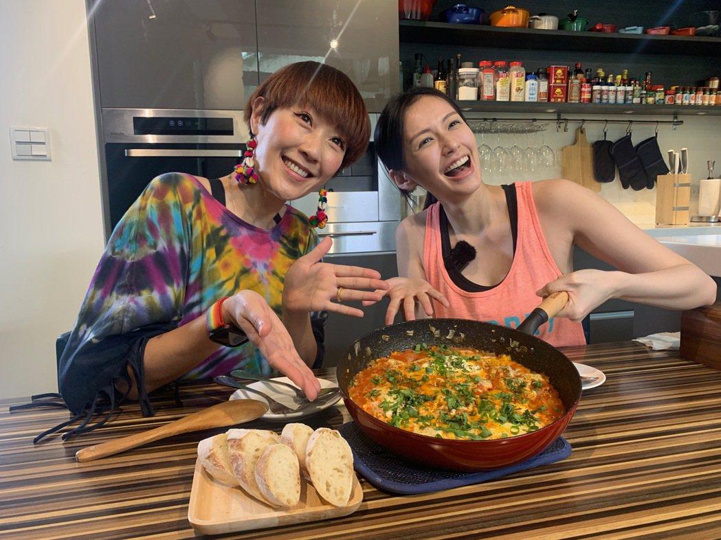 袁艾菲(右)與Gigi兩位人妻邊做菜邊大聊婚姻經。圖/風雅國際提供