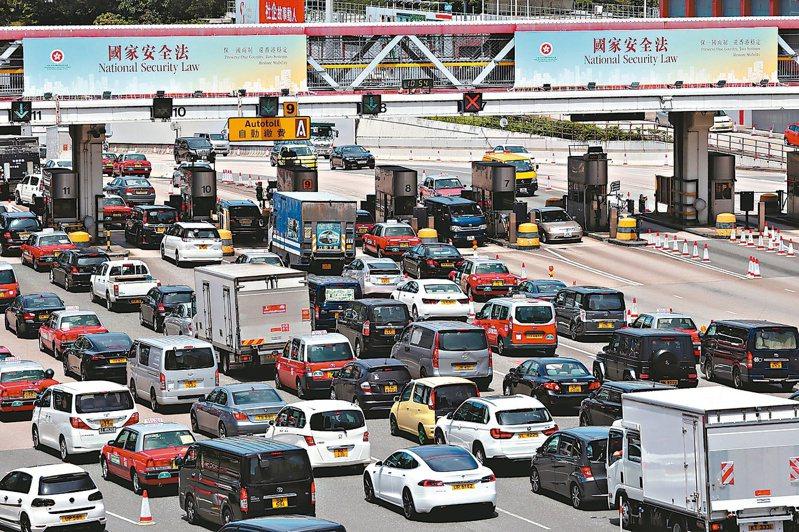 香港東區海底隧道收費口廿九日掛著港府宣傳港版國安法的廣告。 路透