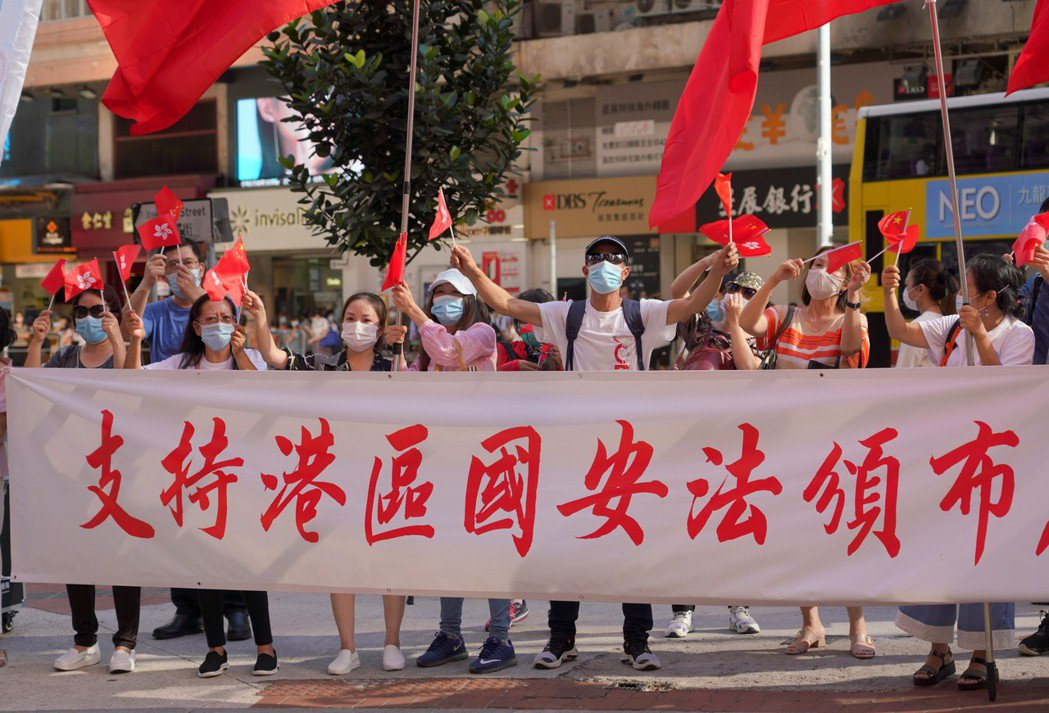 香港有部分市民30日在銅鑼灣街頭支持港區國安法。(中通社)
