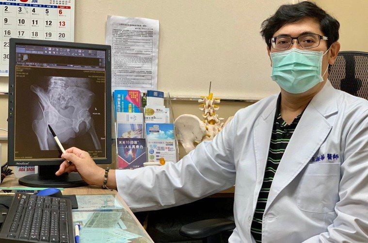 王振華醫師(見圖)表示,刺入這名清潔婦右臂的鐵絲,就滑入婦人的鼠蹊部位置,差點刺...