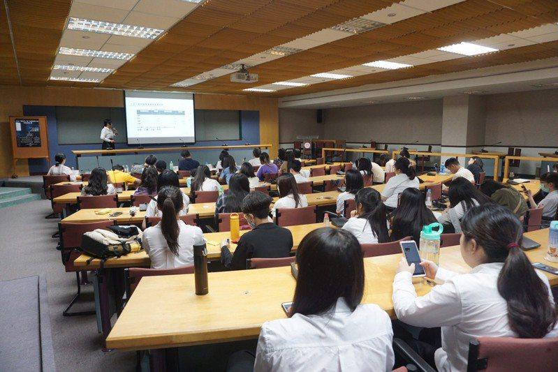 東吳大學社會系發表「大學生消費與休閒娛樂的貫時性分析」。圖/東吳大學提供