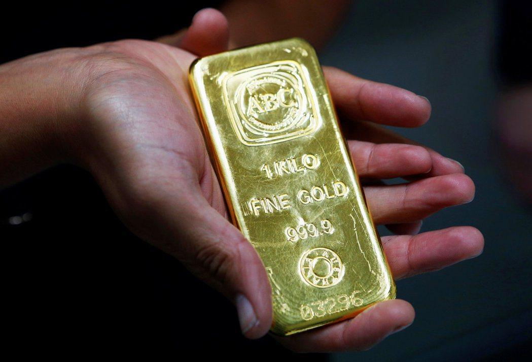 國際黃金期貨價格在6月30日收盤站穩每英兩1,800美元。 (路透)