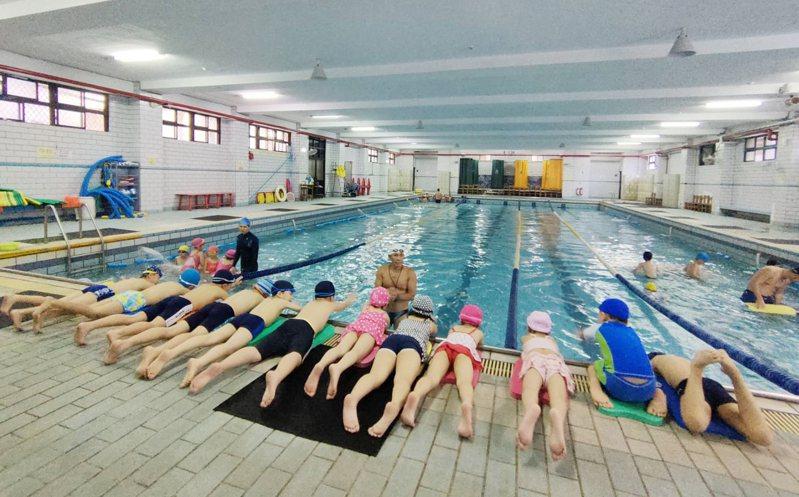 暑期戲水旺季,教育處規畫一連串活潑有趣水上活動,讓學生多元親水體驗。圖/基隆市政府提供