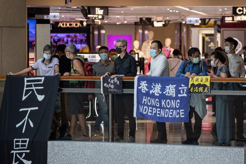 6月30日中共全國人大常委會通過港版國安法後,仍然有香港市民在抗爭中展示香港獨立的標語。(歐新社)