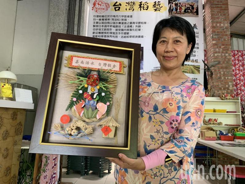 台灣稻藝工坊創辦人張淑娥,著力在注連繩藝術創作。記者吳淑玲/攝影