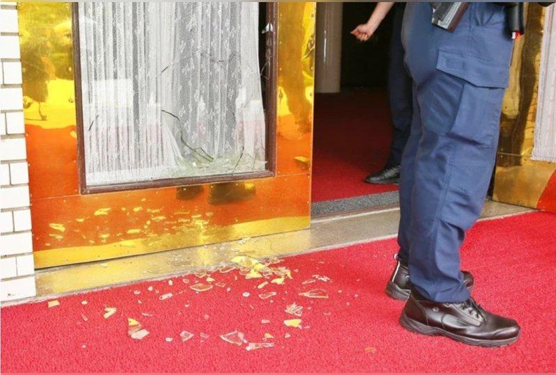 國民黨佔領議場,抗議臨時會,損毀大門玻璃。圖/聯合報系資料照片