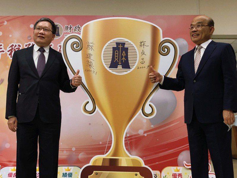 行政院長蘇貞昌(右)今出席「109年稅務節慶祝暨表揚大會」,會前談港版國安法。記者賴于榛/攝影