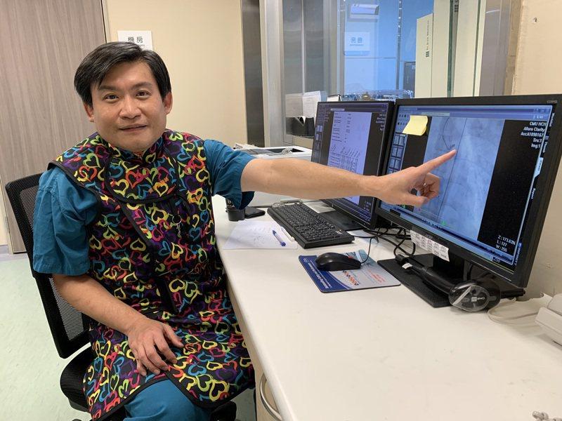 中國醫藥大學心竹附設醫院心導管室主任陳業鵬指出,患者沒有「三高」且年輕,但每天抽半包菸,可能是造成心肌梗塞的原因之一。記者陳斯穎/攝影