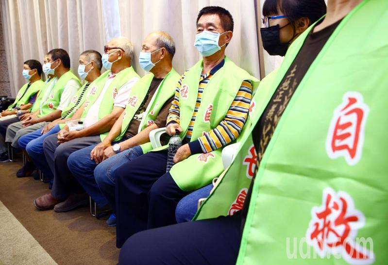 環保團體上午召開記者會,宣布將串聯專業學者連署表達反對市府社子島開發計畫,現場並有社子島居民到場表達支持。記者杜建重/攝影