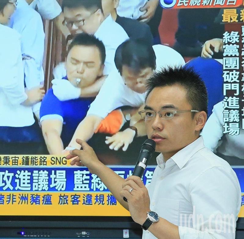 國民黨立委洪孟楷在議事攻防遭鎖喉強拉,今天正式對吳秉叡提告。記者潘俊宏/攝影