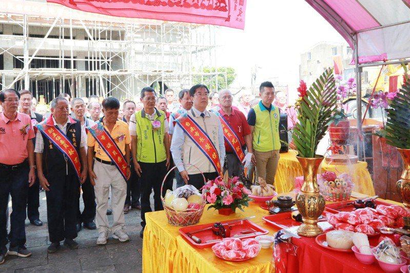 台南市長黃偉哲(中)率領地方各界,出席善化東嶽殿上梁儀式。記者謝進盛/翻攝