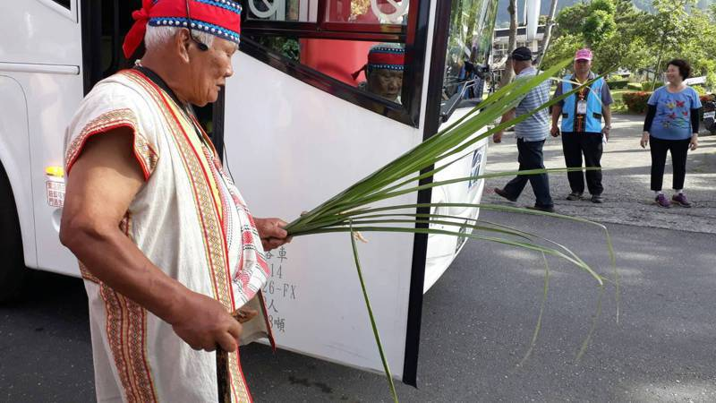村莊布農族耆老以傳統儀式,為公車祈福。記者尤聰光/翻攝