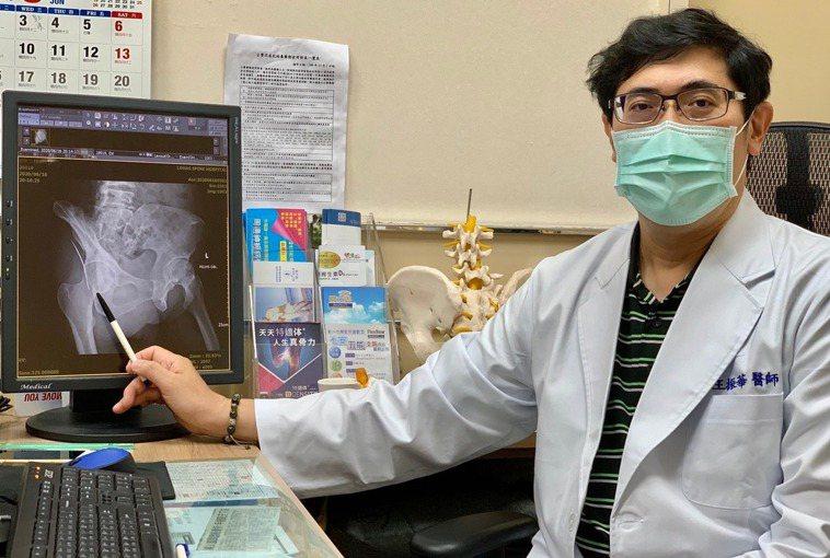 「活力得中山脊椎外科醫院」骨科醫師王振華為婦人取出刺入臀部、深達髖關節的鎢鋼絲。...