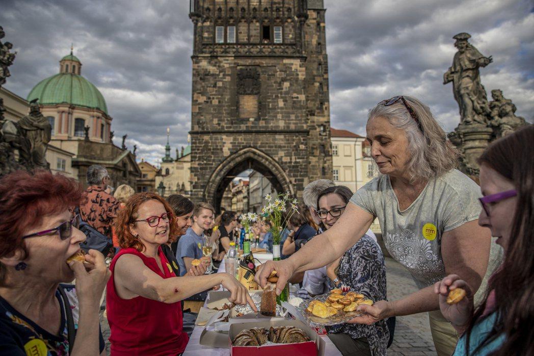 布拉格民眾在查理士橋上擺宴慶祝解封。歐新社