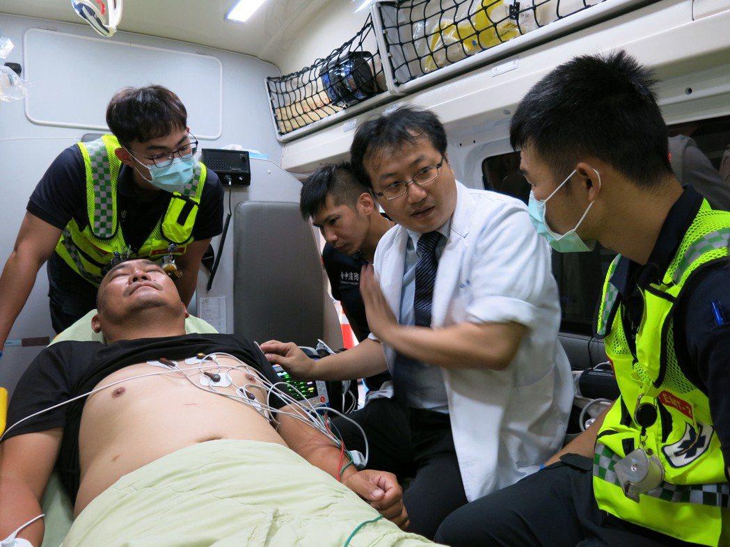 台中市后里消防分隊的救護車,自善心人士捐贈心電圖儀器後,透過及時的圖像傳輸和判讀...
