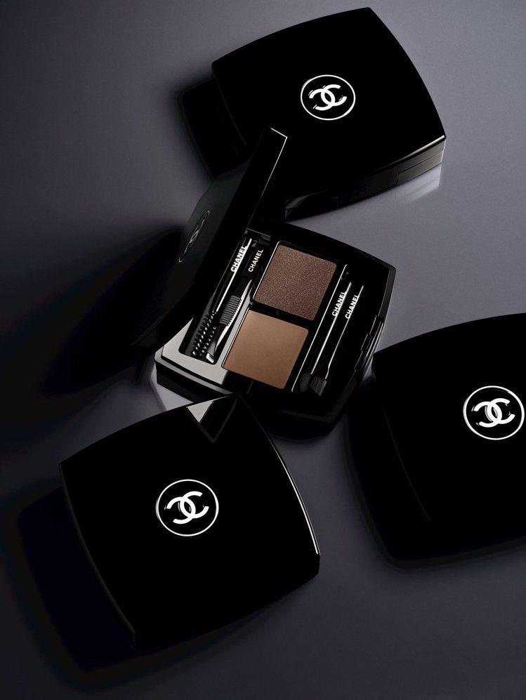 時尚伸展台眉彩盤共推出3組合色選,每個組合網羅兩種質地。圖/香奈兒提供