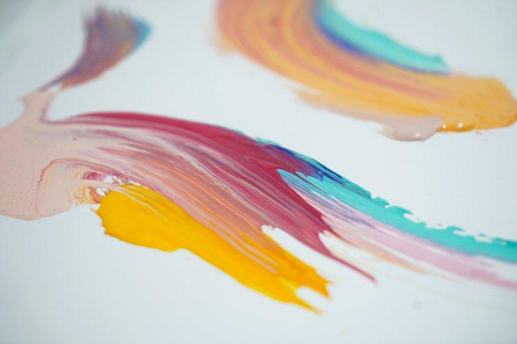 万美以多色彩的筆觸,代表時間的流動。圖/SABON提供