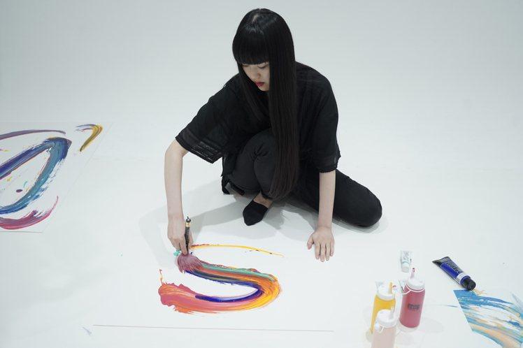 日本書道家万美,與SABON推出聯名系列。圖/SABON提供
