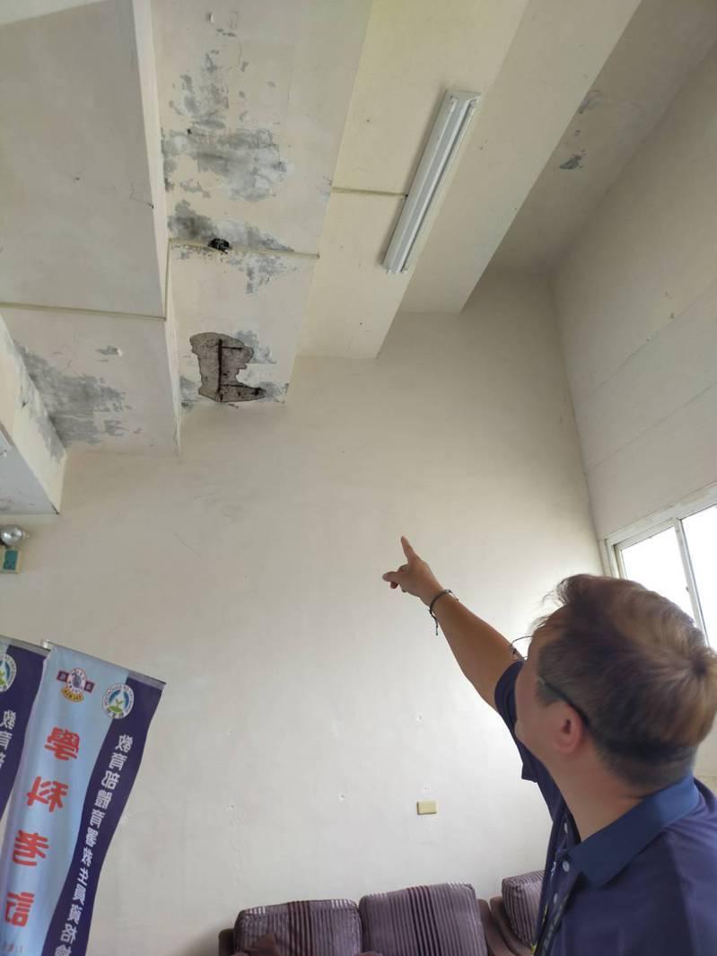 平鎮游泳池老舊,室內已見油漆剝落。圖/黃敬平議員服務處提供
