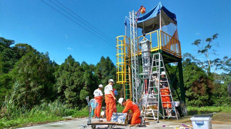 今年5月底ARRC團隊進行火箭的繫留懸浮飛行測試準備。圖/ARRC提供