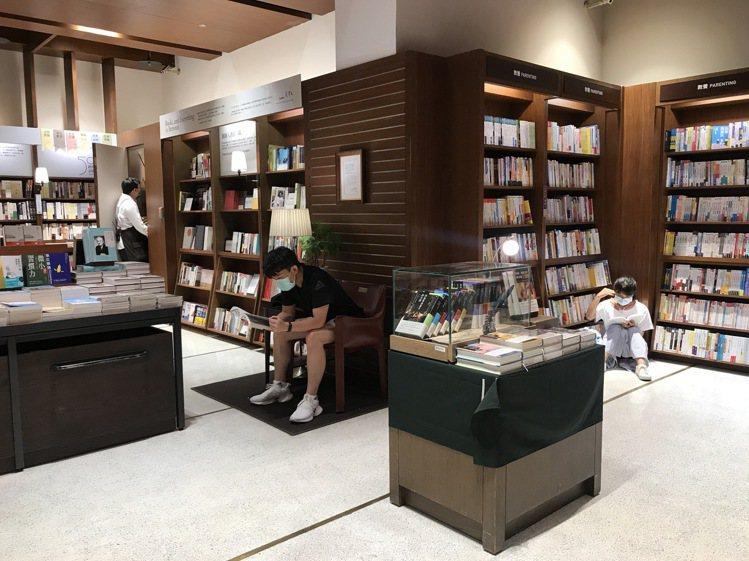 誠品信義店全新24小時書店營運滿月,35歲以下讀者占比,較敦南店增加2成。記者江...