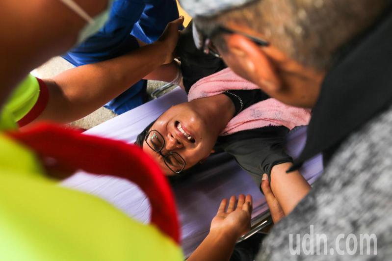 議員羅廷瑋因為不滿中火重啟二號機,在現場絕食抗議48小時後,在市長盧秀燕以及專業醫師的評估下強制送醫治療。記者黃仲裕/攝影