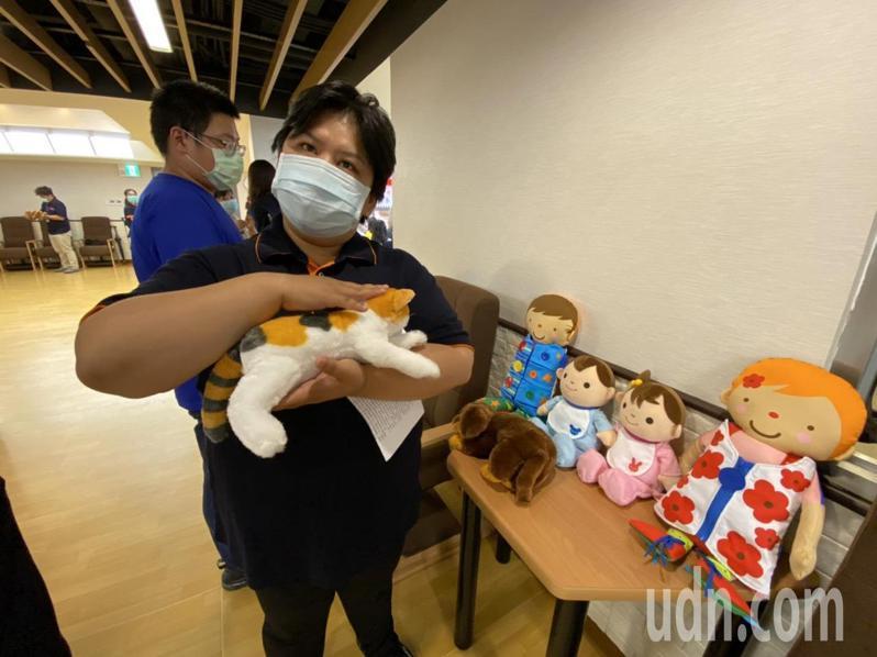 國立陽明大學附設醫院今天啟用宜蘭首座、專為失智者打造的小規模多機能中心,有貓與狗的玩偶可抱在懷裡,觸摸會叫,不同的部位叫聲不同,相當療癒。記者羅建旺/攝影
