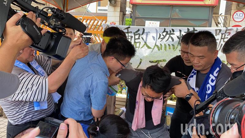 國民黨台中市議員羅廷瑋抗議中火2號機組重啟發絕食48小時後,在今天中午被強制送醫。記者趙容萱/攝影