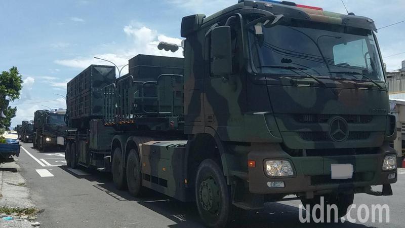 今天中午12點半左右,疑似軍方雄三飛彈車隊行駛台東市區,車隊長達500公尺長。記者尤聰光/攝影