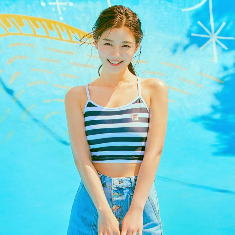 韓國國民妹妹金裕貞詮釋FILA夏季服飾,展現了可愛又活潑的氣質。圖/摘自FILA...