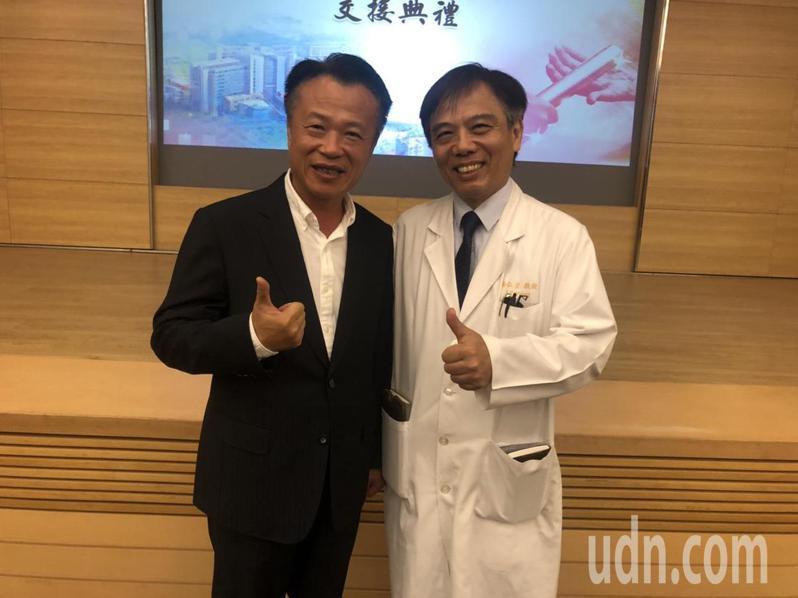 嘉義長庚醫院新任院長楊仁宗(右)是首位在地出身院長,與縣長翁章梁(左)同為義竹鄉親。記者魯永明/攝影