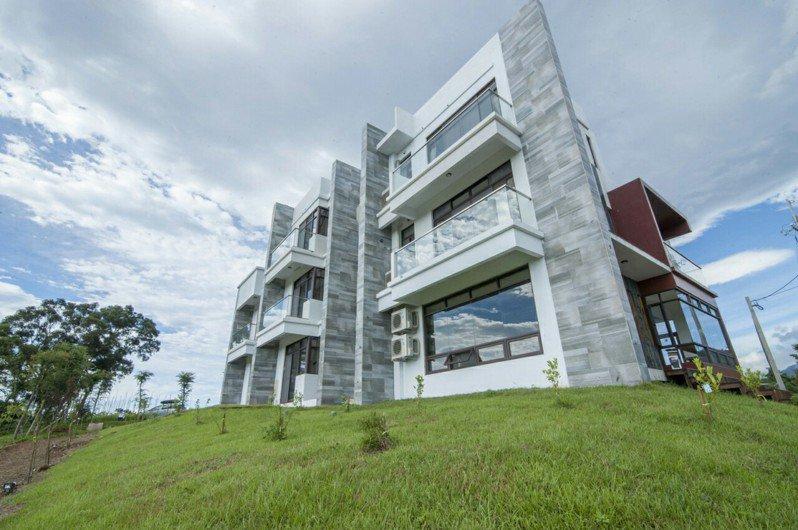 「御來光民宿」位於台東鹿野鄉,建築風格大氣簡約,住客在房內即可眺望遠方蒼翠的群山。 圖/Booking.com提供