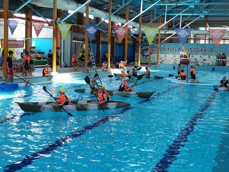 「水域運動體驗營」7月2日起4天分梯次在校內室內游泳池,由專業教練帶領體驗,包含單人獨木舟、雙人獨木舟、SUP及風浪板。圖/明新科大提供