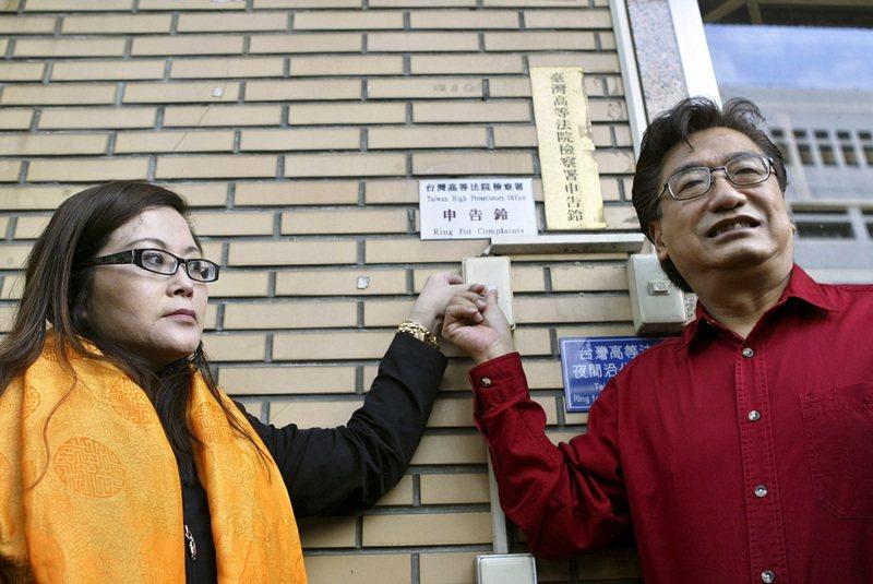 2006年12月前立委李慶華(右)與李慧芬前往高檢署按鈴申告,要求高檢署重新調查SOGO禮券案。圖/聯合報系資料照片