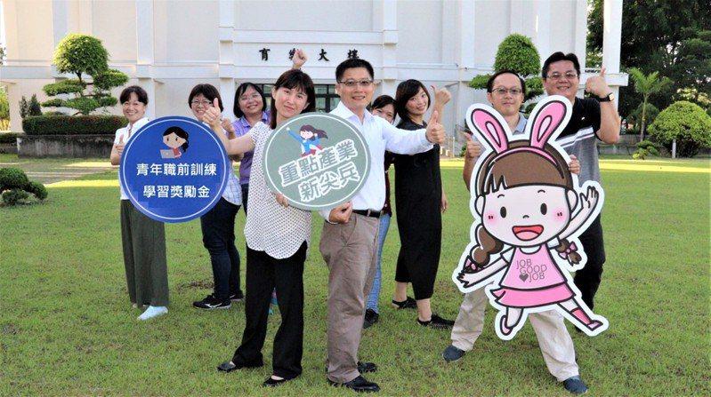 雲嘉南分署長劉邦棟(前排右)邀請青年參加產業新尖兵計畫。圖/雲嘉南分署提供