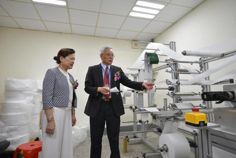 敏成董事長古思明(右)為經濟部長王美花(左)說明熔噴不織布的製程。(照片提供:敏成)
