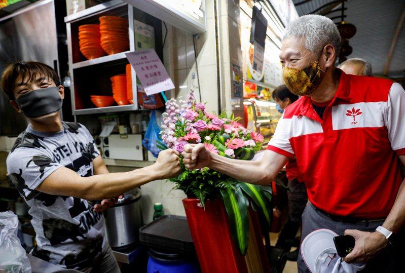 新加坡總理李顯龍的弟弟李顯揚(右),參加反對黨「前進黨」投入選戰。  路透
