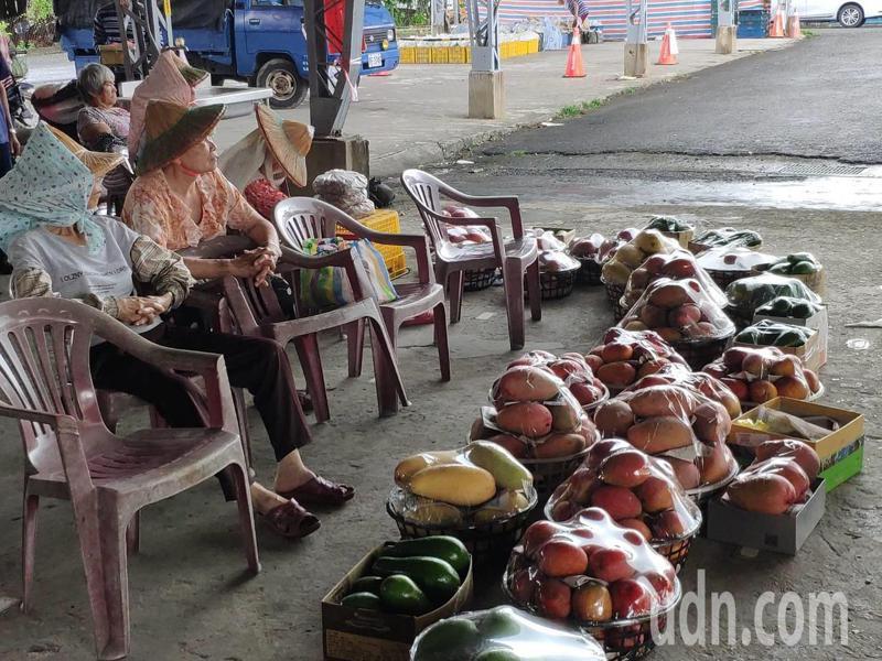 台南大內青果市場長期被「路過」,榮景不再,果農苦候顧客上門。記者謝進盛/攝影