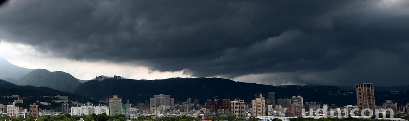 中央氣象局稍早針對雙北、基隆共3縣市發布大雷雨即時訊息,預計大雨將持續時間至下午3時30分止,台北市的天空黑壓壓一片。氣象局提醒,旺盛發展的對流常伴隨打雷、閃電與劇烈降雨,並可能出現較強陣風甚或伴隨冰雹發生。記者蘇健忠/攝影