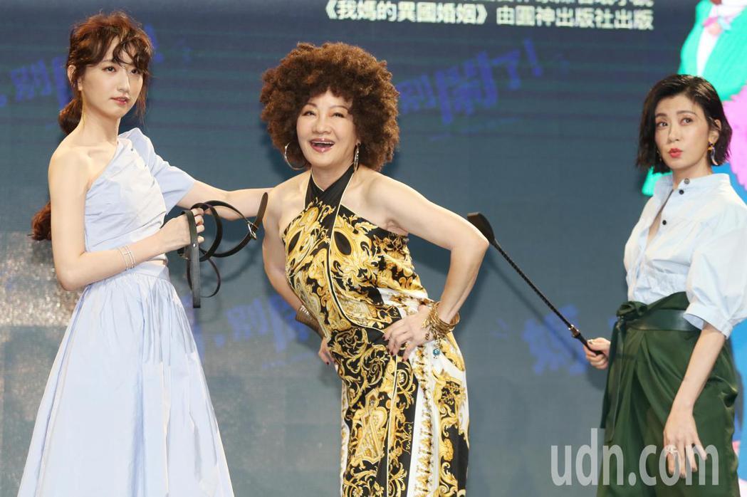 《媽,別鬧了!》卡司發布,比莉(中)賈靜雯(右)柯佳嬿(左)。記者曾學仁/攝影