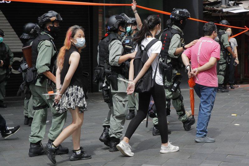 港版國安法上路後,1日不到下午3時,已經有超過30人因涉嫌違法被捕。(美聯社)