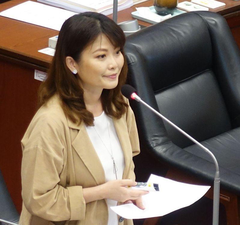 高雄市議員陳美雅關心前市長韓國瑜在校園裝雙機的政策是否持續。記者楊濡嘉/攝影