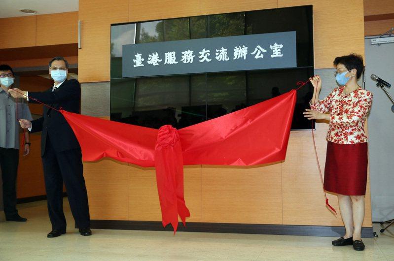 陸委會主委陳明通(左)和台港經濟文化合作策進會董事長張小月(右)主持「台港服務交流辦公室」揭牌儀式。 記者曾吉松/攝影
