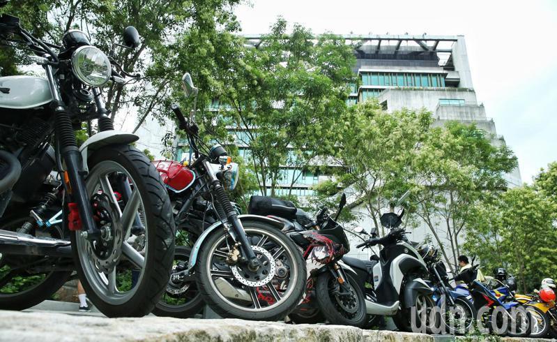 为抗议台湾道路设计不良,频频令机车族出意外,机车骑士包围公路总局要求交通改革,公总外有数量可观的机车包围。记者曾原信/摄影