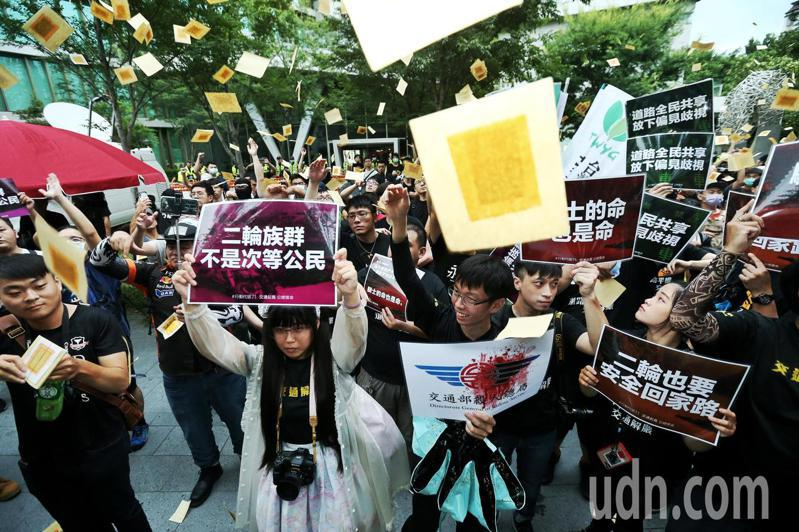 為抗議台灣道路設計不良,頻頻令機車族出意外,機車騎士包圍公路總局要求交通改革,在場騎士灑金紙悼念因交通規劃不良車禍死亡的騎士。記者曾原信/攝影
