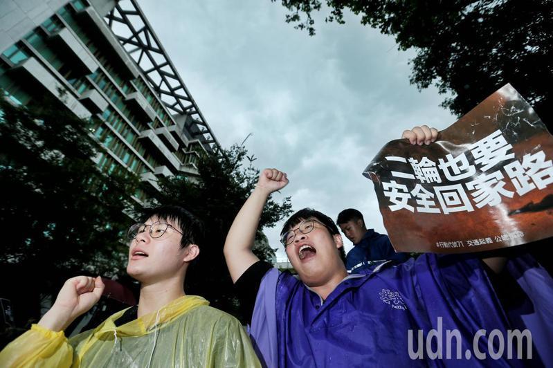 为抗议台湾道路设计不良,频频令机车族出意外,机车骑士包围公路总局要求交通改革。记者曾原信/摄影
