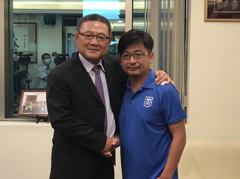 籃協理事長謝典林(右)拜會九太科技董事長沈會承(左)。記者劉肇育/攝影