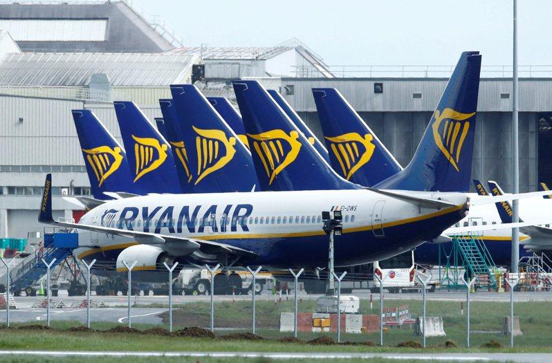 瑞安航空早在5月就宣布裁員消息,圖為該航空公司停泊在愛爾蘭都柏林機場的機隊。路透