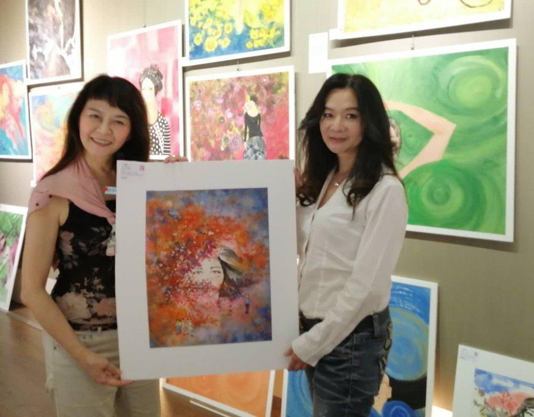 台北市議員應曉薇(右)過去也是花系列女星,特地去看程秀瑛的畫展。圖/程秀瑛提供