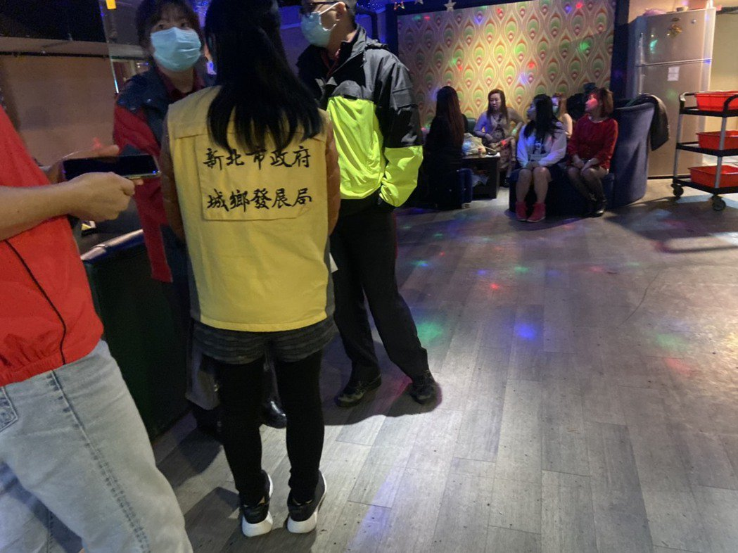 城鄉局長黃一平表示,業者在住宅區內開設卡拉OK、飲酒店、酒家等違規場所,是目前違...